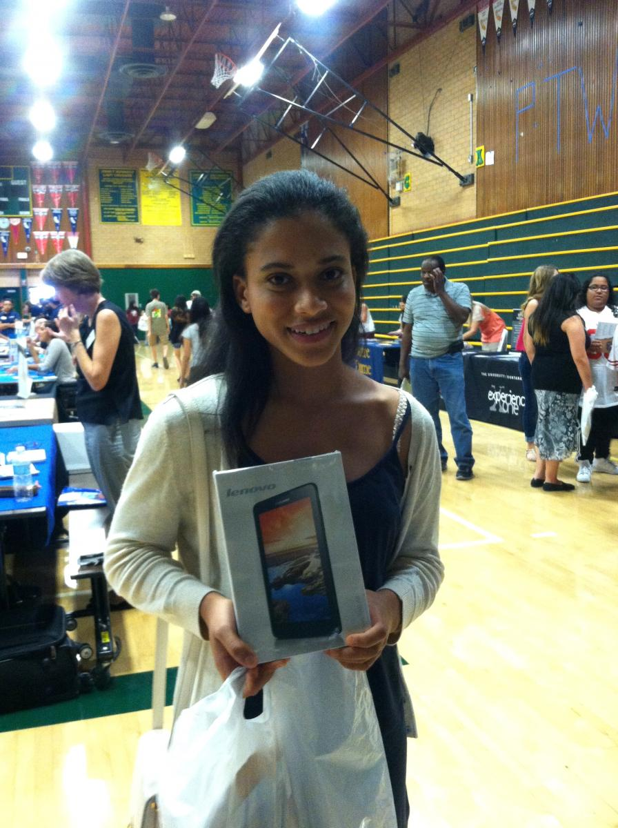 Image of Huge crowd attends SCUSD College Fair