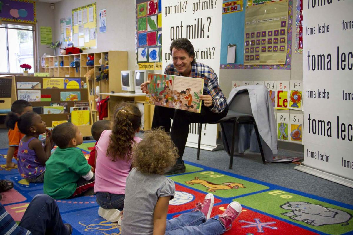 Image of Storyteller entertains at Woodbine Elementary