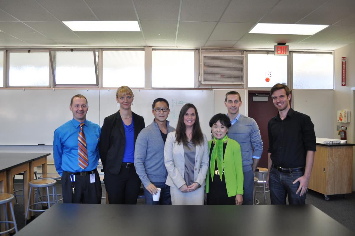 Image of Hiram Johnson students discuss science with Congresswoman Matsui