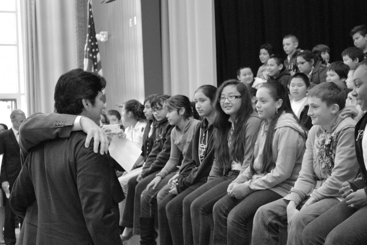 Senator Kevin de León with Mark Twain sixth graders.